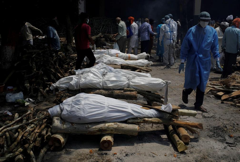 Corpos de vítimas da Covid-19 são cremados em cerimônia coletiva em Nova Délhi, na Índia, no dia 26 de abril — Foto: Adnan Abidi/Reuters
