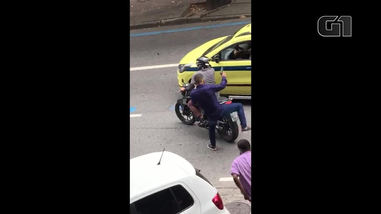 Vídeo mostra criminosos fugindo após assalto a joalheria