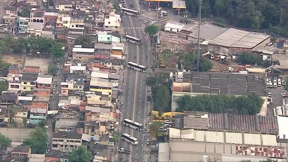 Ônibus atravessados na Rua Edgard Werneck, na Cidade de Deus — Foto: Reprodução/TV Globo