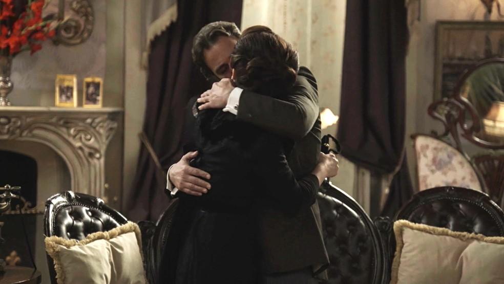 O clima esquenta entre Aurélio e Julieta (Foto: TV Globo)