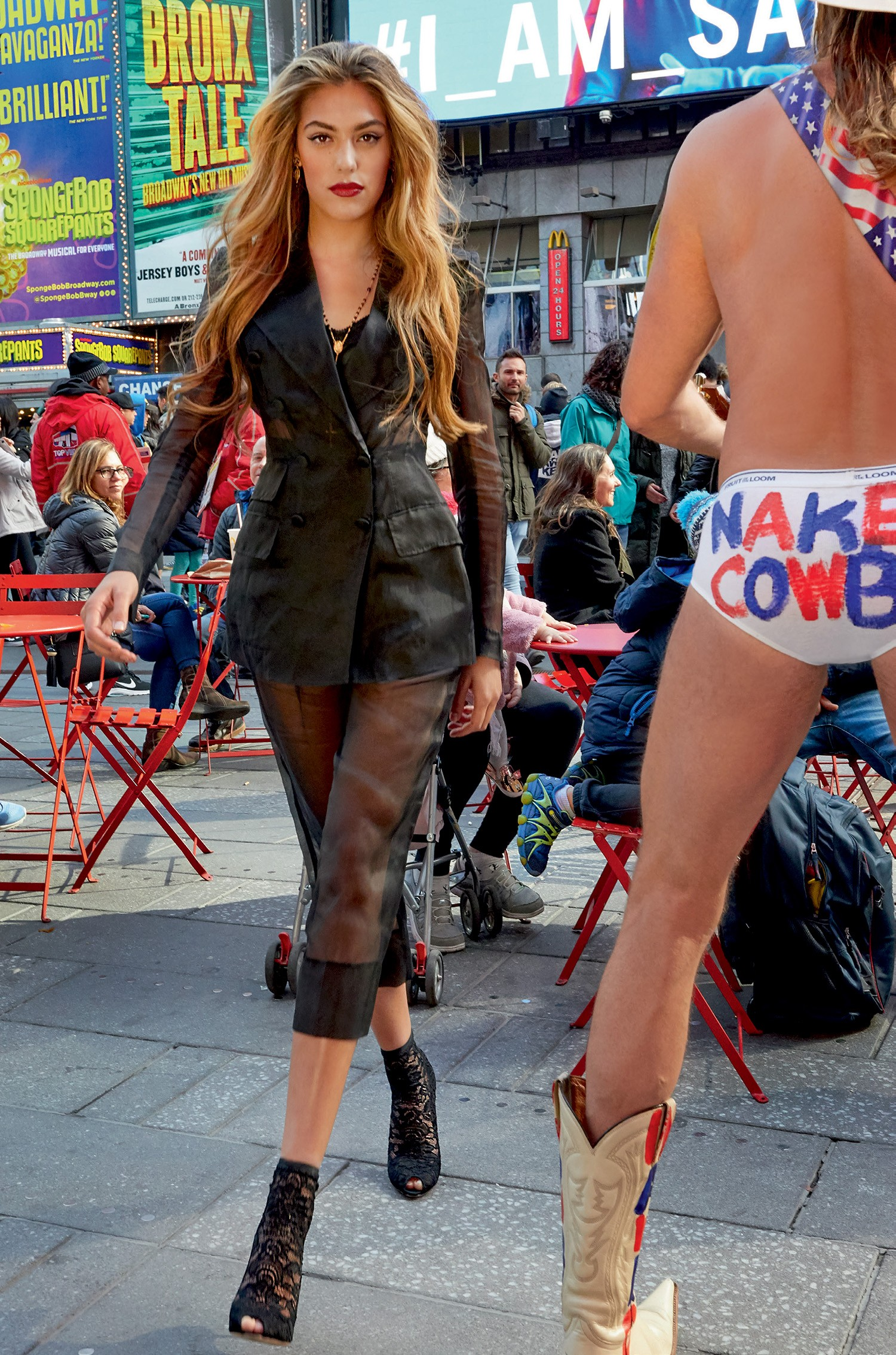 Sistine Stallone: Blazer de organza (R$ 10.700), calça de organza (R$ 3.900), top de seda e renda (R$ 2.300), colar (R$ 4.700) e ankle boots de renda (R$ 4.900) da coleção de verão 2018  (Foto: Luca e Alessandro Morelli)