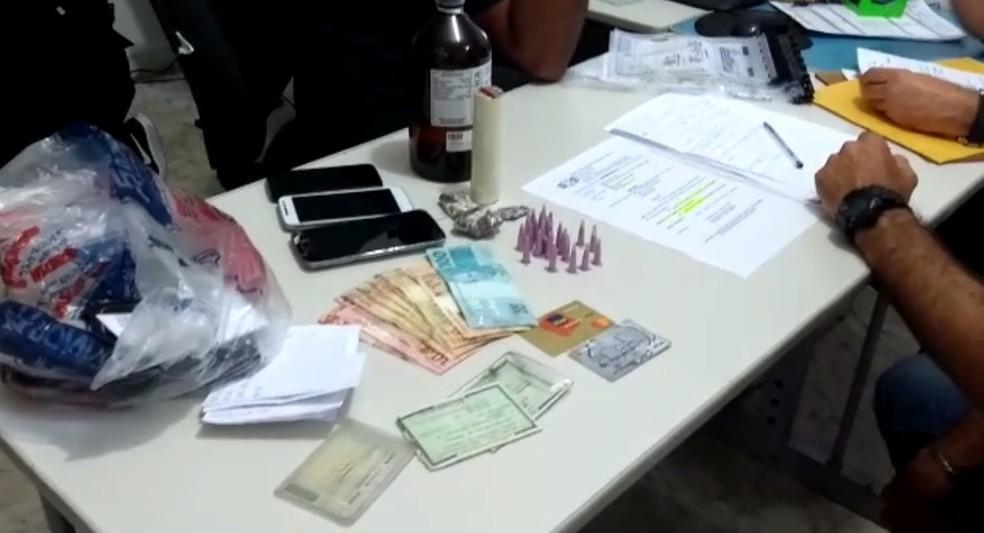 Dinheiro, celulares e drogas apreendidos pela polícia em Araçatuba — Foto: Márcio Zeni/TV TEM