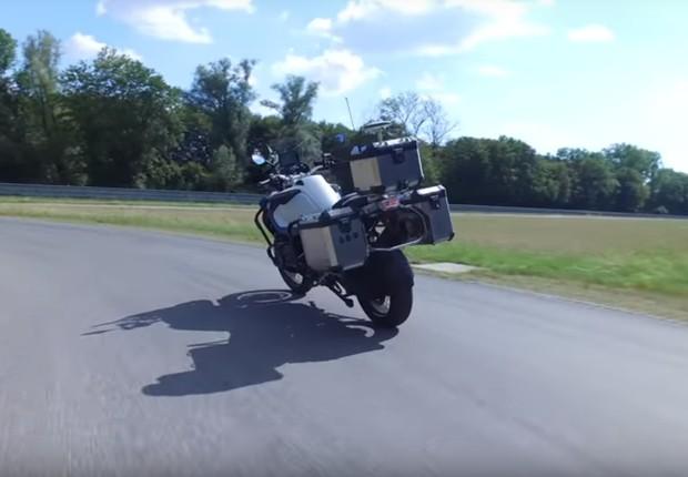 Nova moto da BMW dirige sozinha e é capaz de brecar para evitar acidentes (Foto: Divulgação BMW)