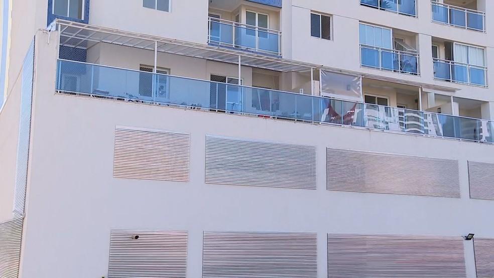 Condomínio em Águas Claras, na Rua 25 Norte, onde duas pessoas foram encontradas mortas — Foto: TV Globo/Reprodução