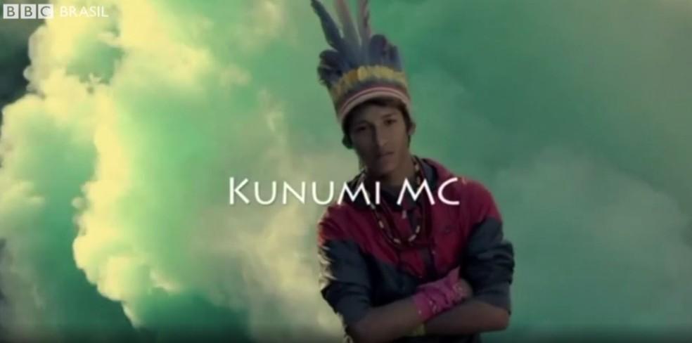 Kunumi MC: o rapper indígena que faz versos sobre demarcação de terra (Foto: Reprodução/BBC)