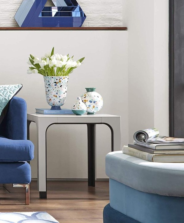 A mesa de centro vai bem em qualquer lugar e com qualquer estilo de decoração. Já os vaso dão um toque colorido ao ambiente (Foto: Amazon/ Reprodução)