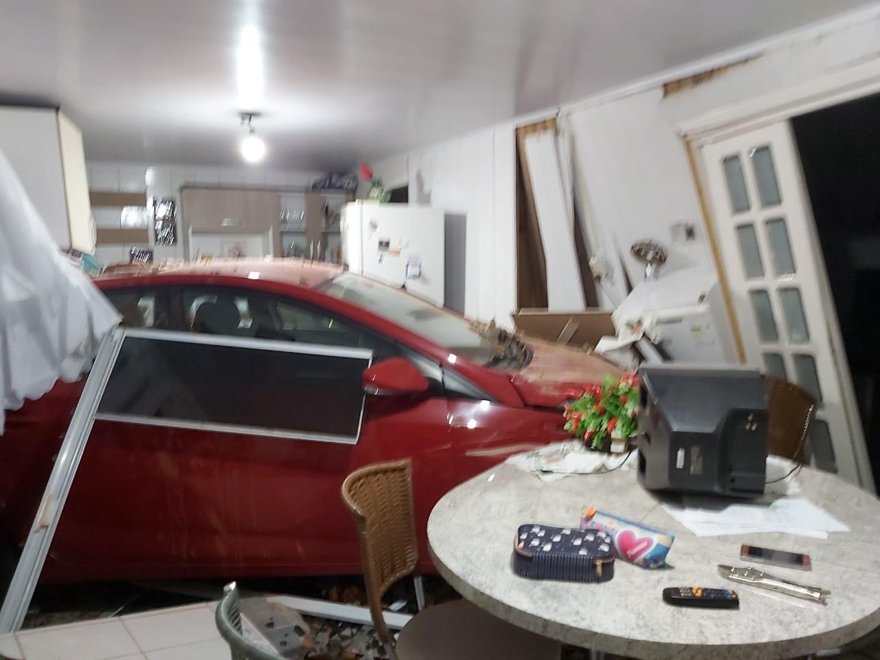 Carreta desgovernada invade garagem de casa, arrasta carro e destrói cozinha no Oeste catarinense