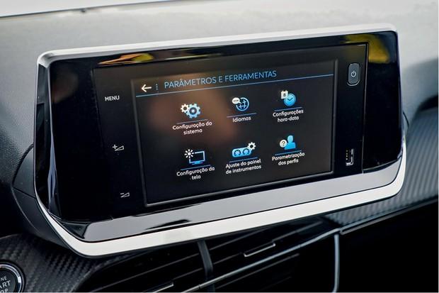 Peugeot 208 Griffe 1.6 - Central multimídia tem tela menor do que a usada na versão elétrica (Foto: Rafael Munhoz)