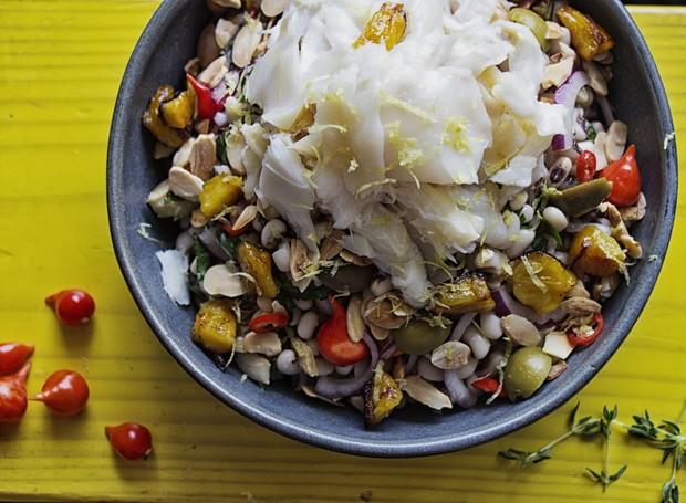 Receita de salada de bacalhau com feijão fradinho, do chef Caique Pallas, do restaurante Bacalhau, Vinho & Cia (Foto: Divulgação )