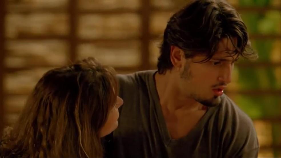 Rafael (Daniel Rocha) fica transtornado ao ver Sofia (Priscila Steinman) — Foto: TV Globo
