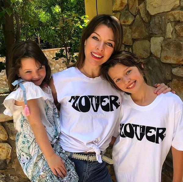 A atriz Milla Jovovich com as filhas (Foto: Instagram)