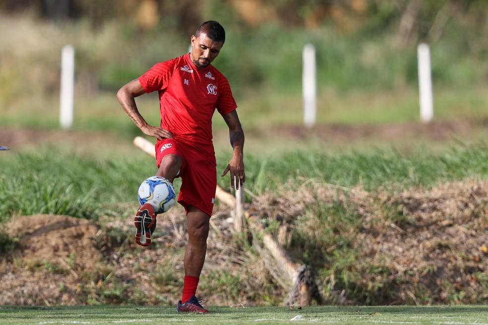 Kieza teve uma ruptura no ligamento do tornozelo esquerdo — Foto: Marlon Costa/ Pernambuco Press