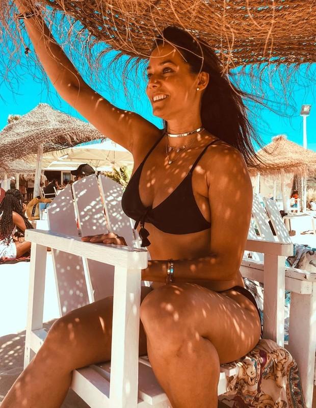 Mônica Carvalho posa em praia de Portugal (Foto: Reprodução/Instagram)