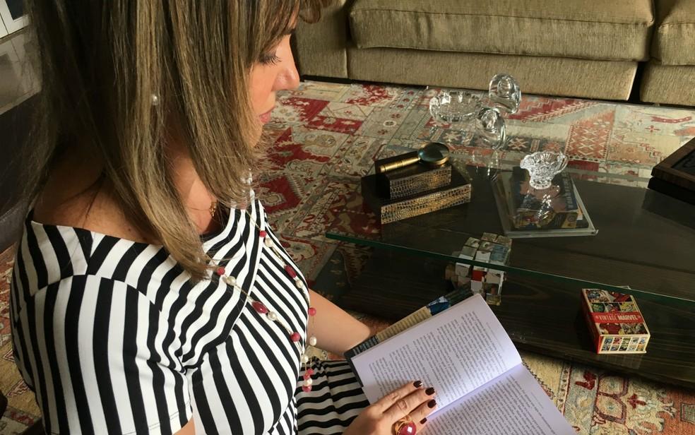 Juíza Rejane Suxberger com o livro que escreveu baseado em casos reais (Foto: Luiza Garonce/G1)