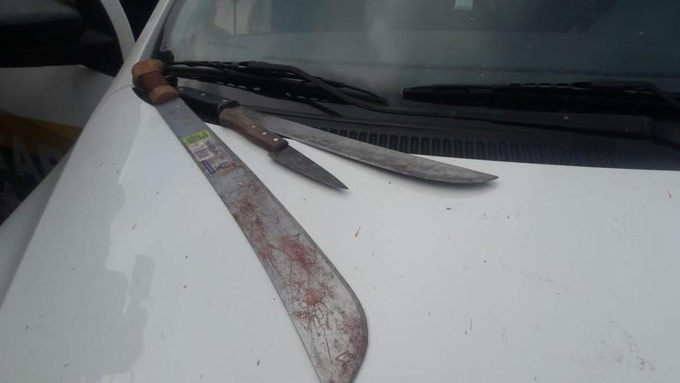 Facão usado por suspeito para atacar as vítimas. — Foto: Ana Kézia Gomes/G1