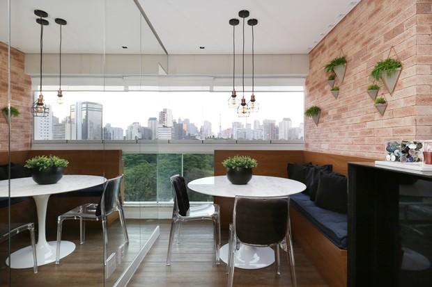 SALA DE JANTAR | Para ganhar mais espaço, as arquitetas integraram o terraço ao apartamento. De quebra, a sala de jantar ganhou uma vista privilegiada da cidade. Mesa da Tok Stok (Foto: Mariana Orsi  / Divulgação)