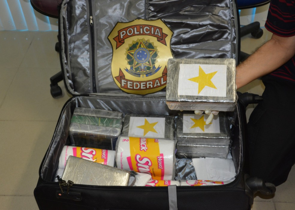 Tabletes de cocaína estavam em mala de estudante do Espírito Santo que foi presa no Aeroporto do Recife (Foto: Polícia Federal/Divulgação)