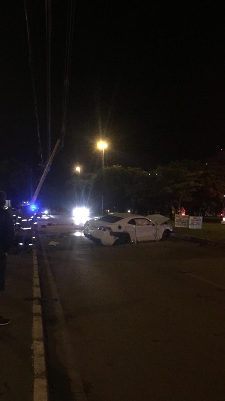 Carro esportivo de luxo fica destruído após acidente em rua do Gama, no DF