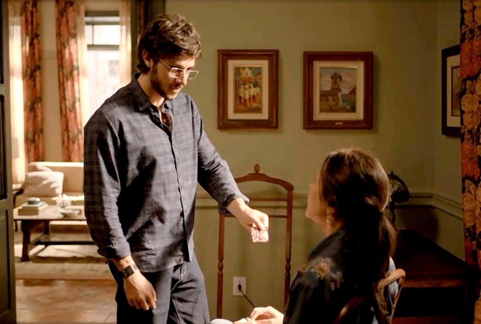 Danilo (Chay Suede) coloca a mãe contra a parede em 'Amor de Mãe' — Foto: Globo