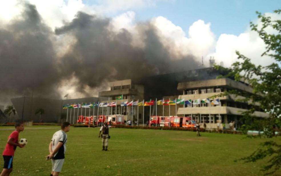 Corpo de bombeiros está no prédio da AL-BA (Foto: Vanderson Nascimento/TV Bahia)