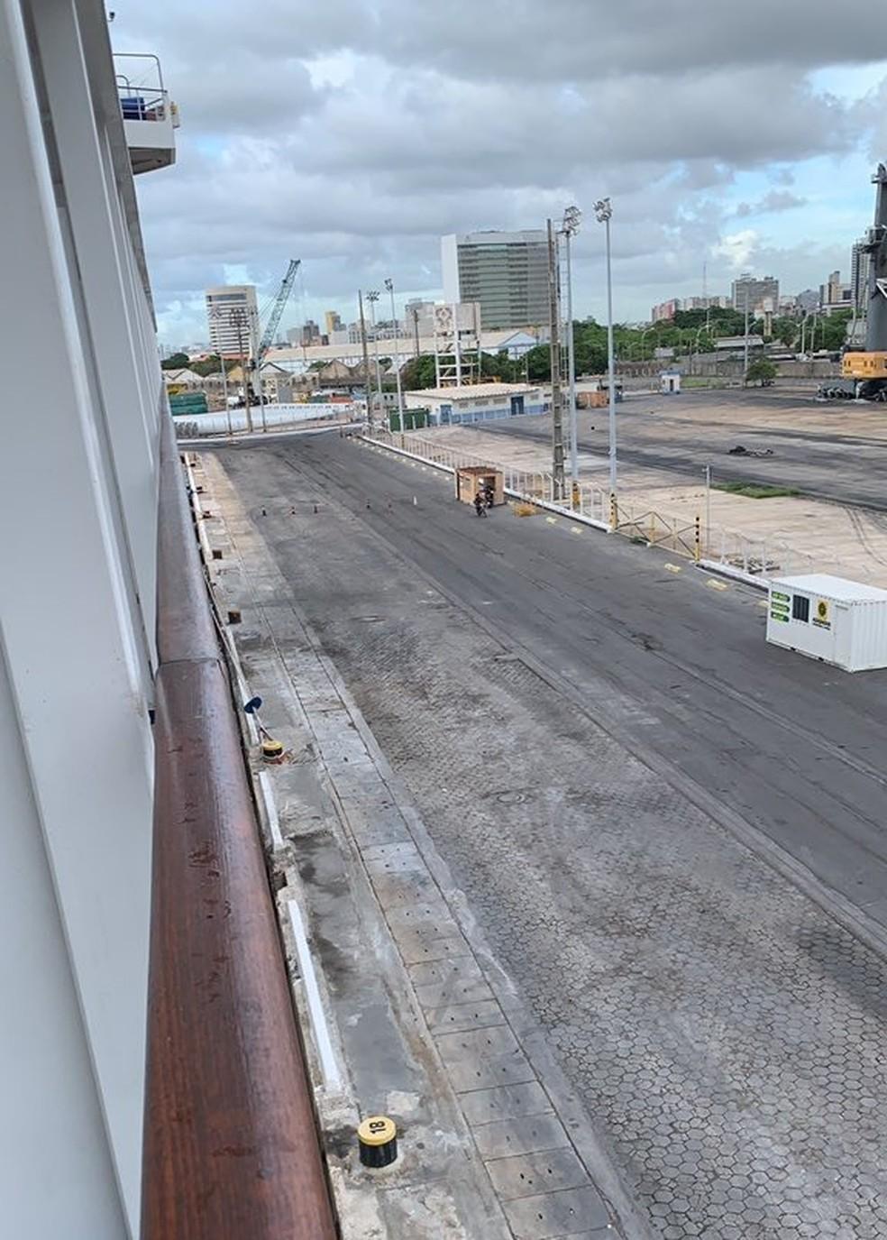Vista da cabine do turista francês a bordo do navio retido no Porto do Recife  — Foto: Reprodução/Arquivo pessoal