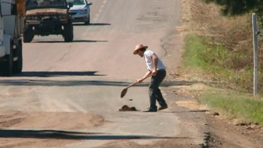 Moradores e caminhoneiros fazem reparos em via esburacada no RS