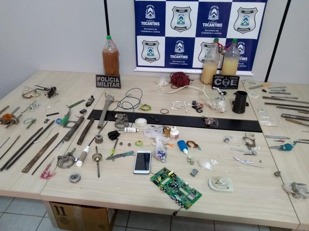 Armas artesanais, celulares e cachaça encontrados dentro do presídio (Foto: Divulgação)