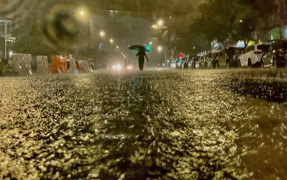 Uma pessoa caminha sob chuva no bairro do Bronx, em Nova York — Foto: David Dee Delgado / Getty Images / AFP Photo