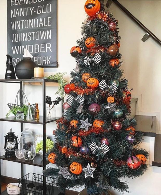 Chapéu de bruxa, abóboras, fantasmas e outras criaturas deixam sua árvore de Natal com cara de Halloween (Foto: Parley For The Oceans e MOCA/ Reprodução)
