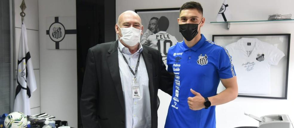 Emiliano Velázquez e o presidente do Santos Andrés Rueda — Foto: Ivan Storti/Santos FC