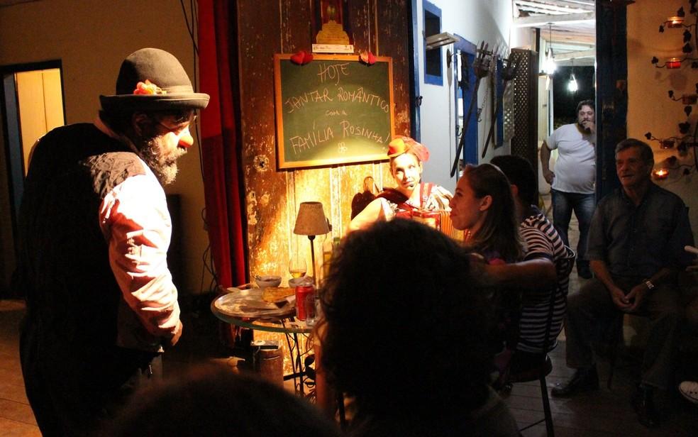 A companhia Família Rosinha apresenta o espetáculo Jantar Romântico, em Goiânia, Goiás — Foto: Divulgação/Teatro Sesc