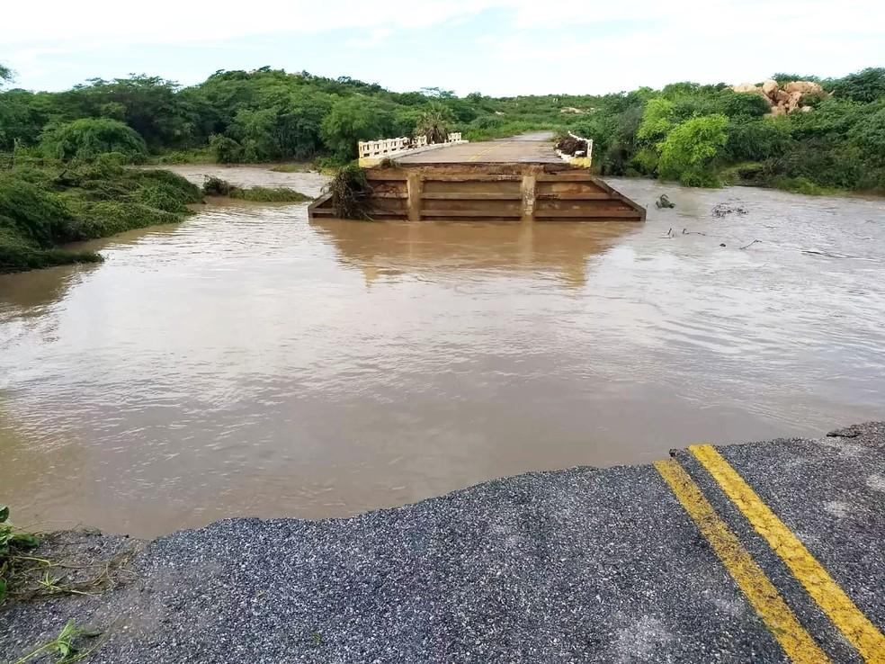 Enxurrada destruiu a cabeceira de uma ponte sobre a RN-041, principal acesso ao município de Santana do Matos — Foto: Defesa Civil de Santana do Matos
