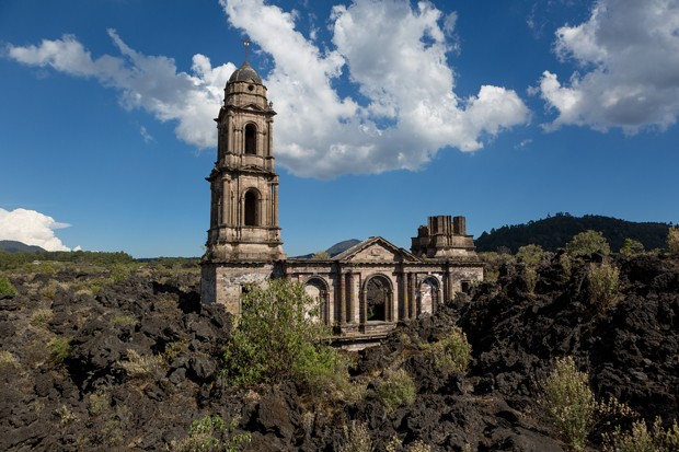 San Juan Parangaricutiro Church covered by lava flow fromthe Paricutin volcano in Mexico (Foto: Getty Images/iStockphoto)