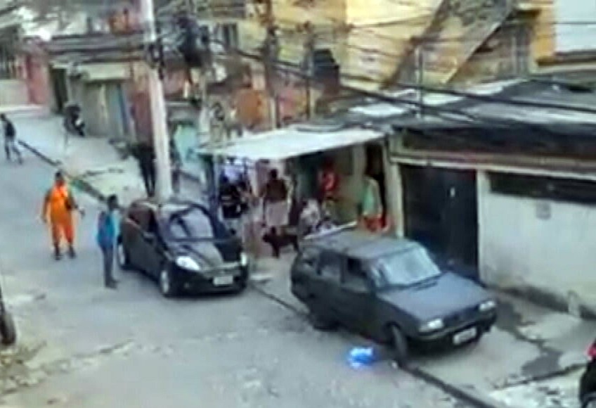 Homem morre durante confronto entre policiais e criminosos no Complexo do Lins