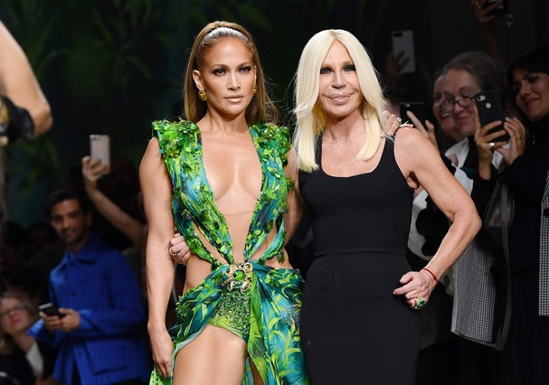 MILAN, ITALY - SEPTEMBER 20: Jennifer Lopez and Donatella Versace walk the runway at the Versace show during the Milan Fashion Week Spring/Summer 2020 on September 20, 2019 in Milan, Italy. (Photo by Jacopo Raule/Getty Images) (Foto: Getty Images)