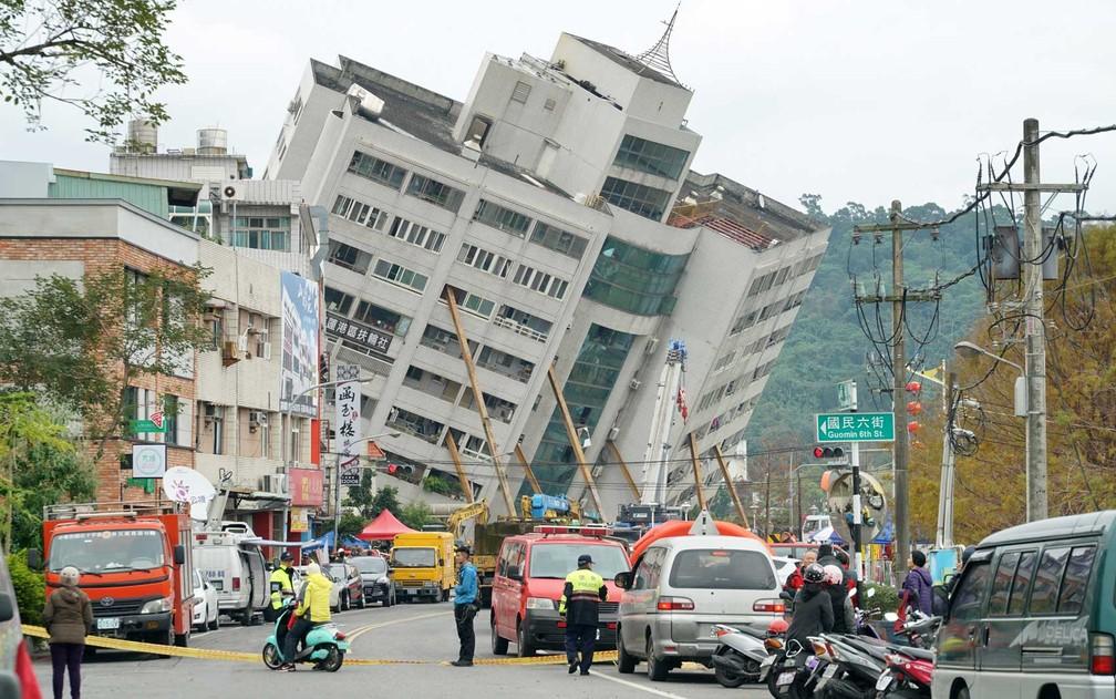 Equipes de emergência bloqueiam rua onde um edifício pode ruir a qualquer momento em Hualien, no leste de Taiwan (Foto: Paul Yang / AFP Photo)