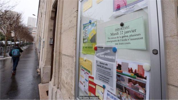 Esta imagem de 2013 mostra uma placa de uma escola em Paris reivindicando uma semana escolar de 4,5 dias (Foto: GETTY IMAGES/BBC)
