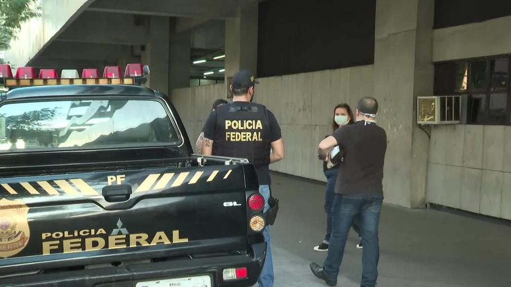 Agentes da PF cumprem mandados de busca e apreensão na sede do Correios no RJ — Foto: Reprodução / TV Globo