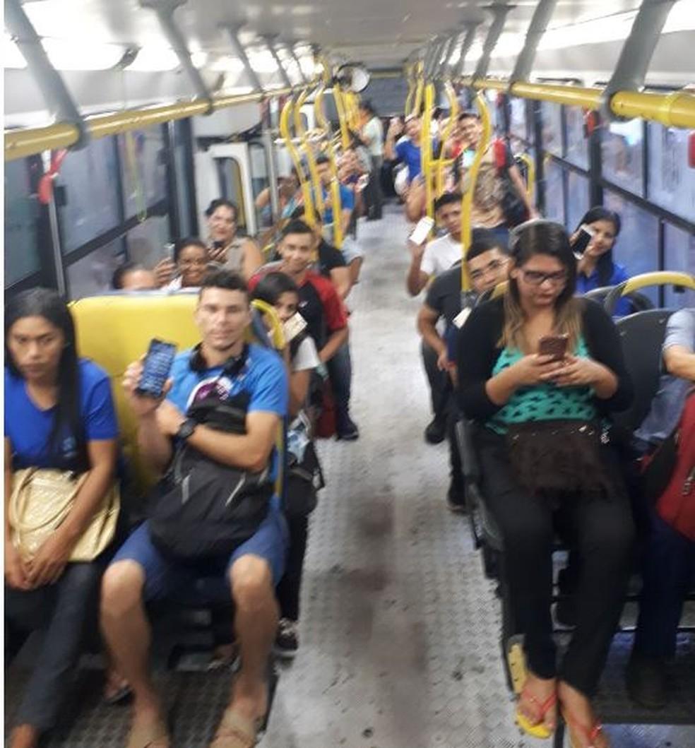 Passageiros usam Wi-Fi que motorista disponibiliza na linha 302 (Foto: Arquivo pessoal )