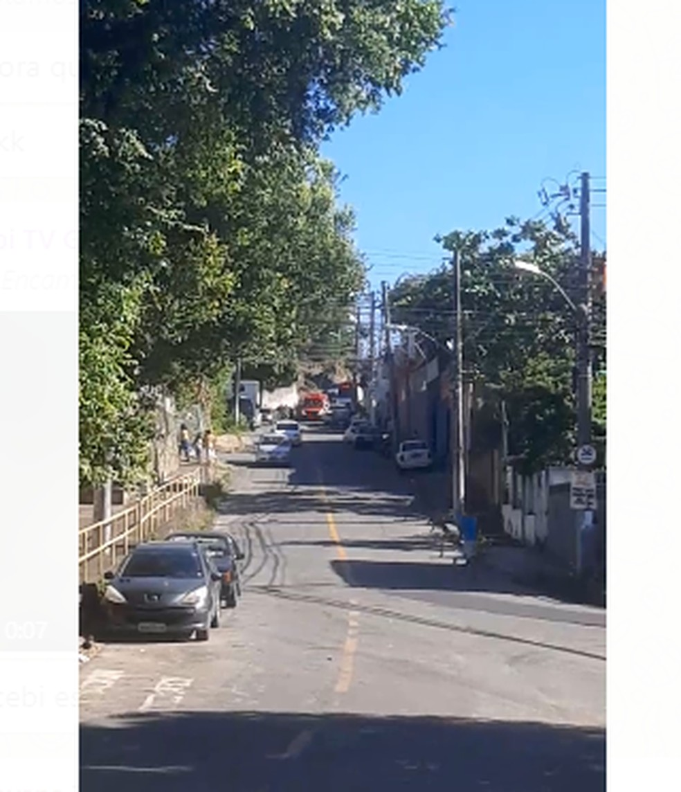 Ambulância atende chamado em rua do bairro Santo Antônio, em Vitória, onde teria acontecido explosão — Foto: Reprodução/TV Gazeta