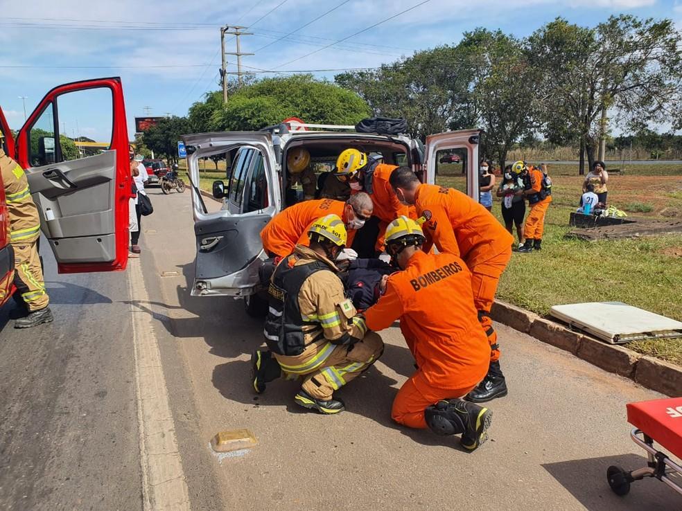 Motociclista que foi parar dentro de carro, após acidente no DF, é retirado do veículo — Foto: Corpo de Bombeiros do DF/ Divulgação