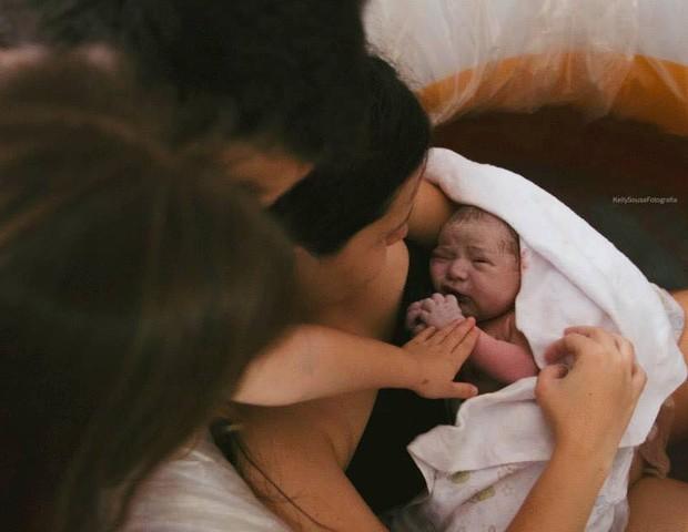 Samuel chegou em casa, sob o olhar atento da irmãzinha Beatriz (Foto: Reprodução/Facebook)
