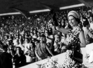 A rainha Elizabeth II acena durante amistoso no Maracanã, em 1968