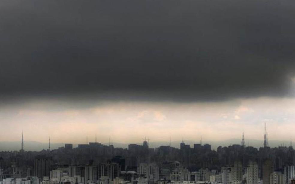 Horizonte em São Paulo com prédios e mancha de poluição no céu — Foto: Mauricio Lima/AFP