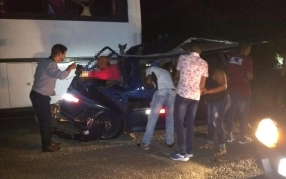 Informações preliminares apontam que as pessoas eram da cidade de Anagé e estavam em uma festa. Todas os feridos estavam dentro do veículo menor.  — Foto: Redes Sociais