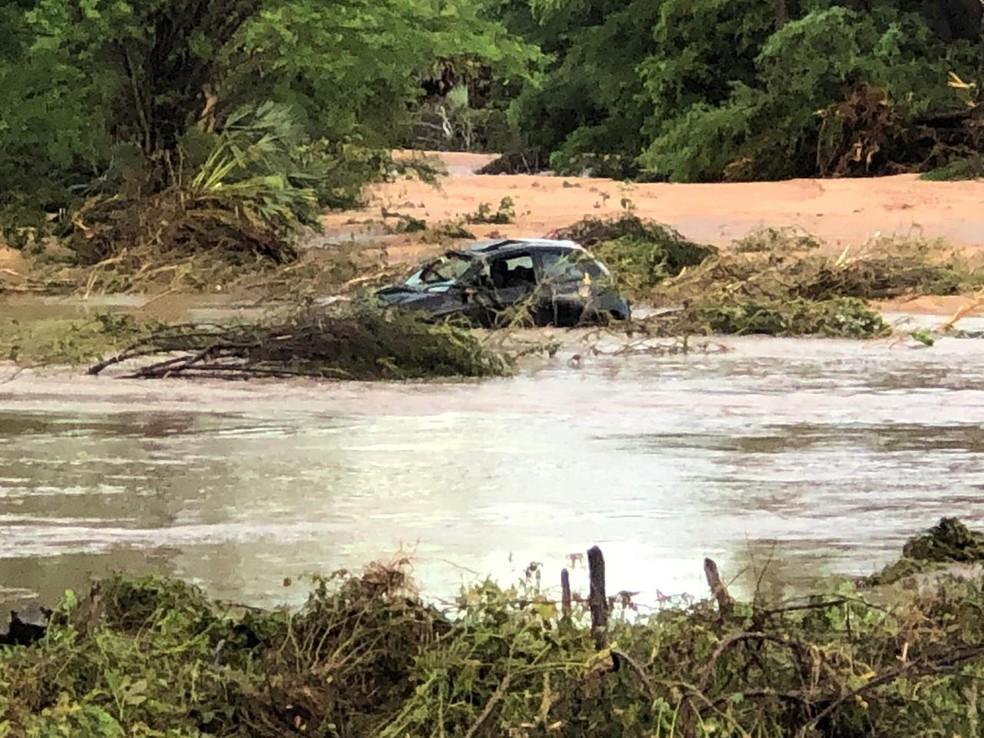 Carro foi arrastado pela correnteza após rompimento de cabeceira de ponte em Santana do Matos — Foto: Redes Sociais