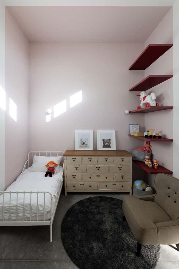 Décor do dia: quarto infantil em estilo industrial com paredes rosa (Foto: Gideon Levin)