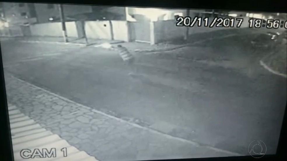 Ação do policial militar foi flagrado por uma câmera de segurança nos Bancários, em João Pessoa (Foto: Reprodução/TV Cabo Branco)