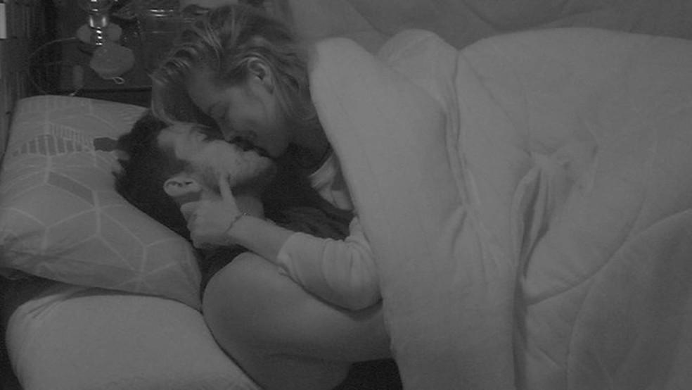 Maycon e Isabella se beijam debaixo do edredom — Foto: Tv Globo