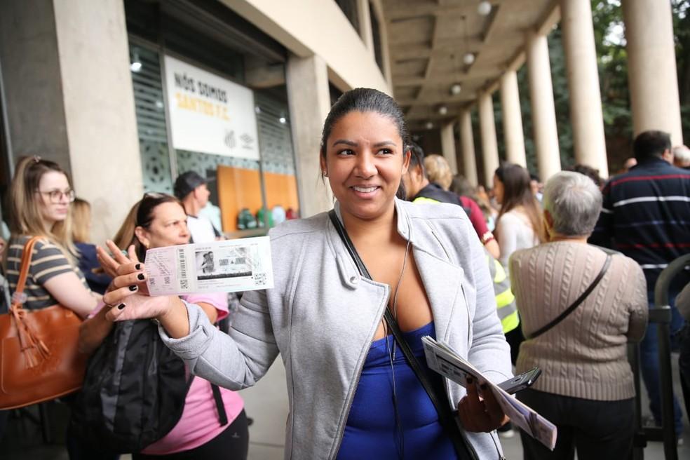 Gislaine Norberto foi primeira da fila de ingressos de Sandy e Junior em São Paulo  — Foto: Fabio Tito/G1